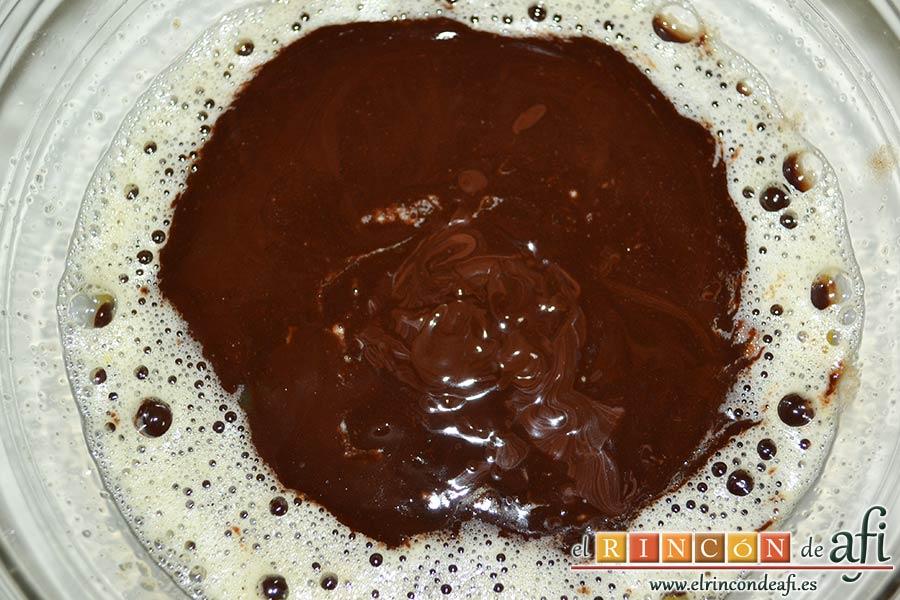Brownie exprés, añadir la mezcla de chocolate
