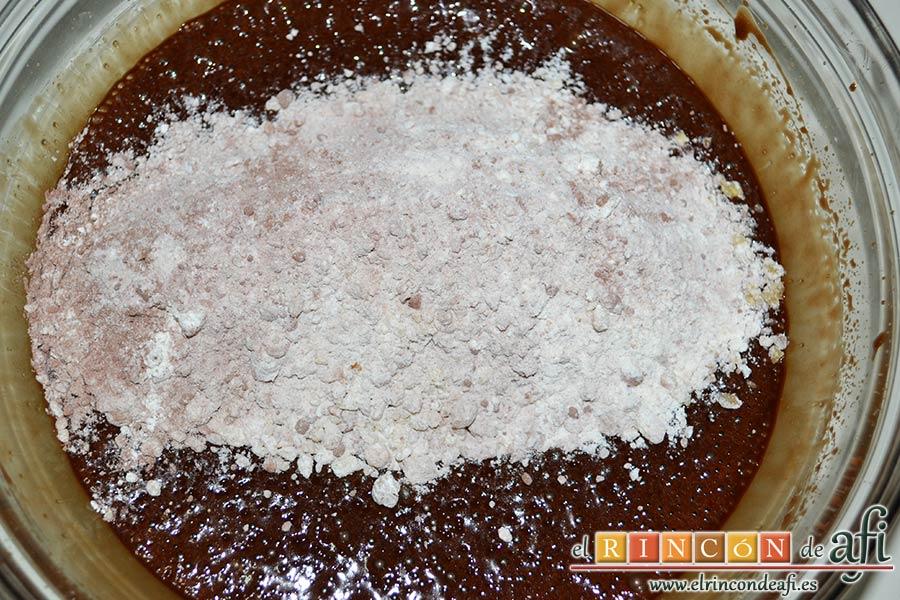 Brownie exprés, añadir los ingredientes secos a los húmedos