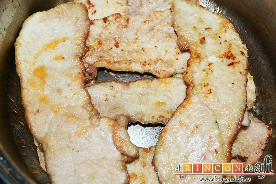Filetes de cerdo en salsa, poner los filetes ya fritos en un caldero