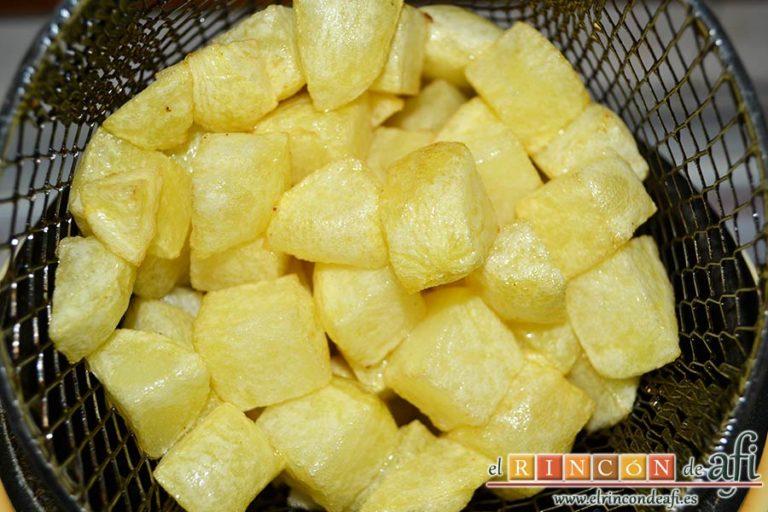 Filetes de cerdo en salsa, freír unas papas en cuadraditos