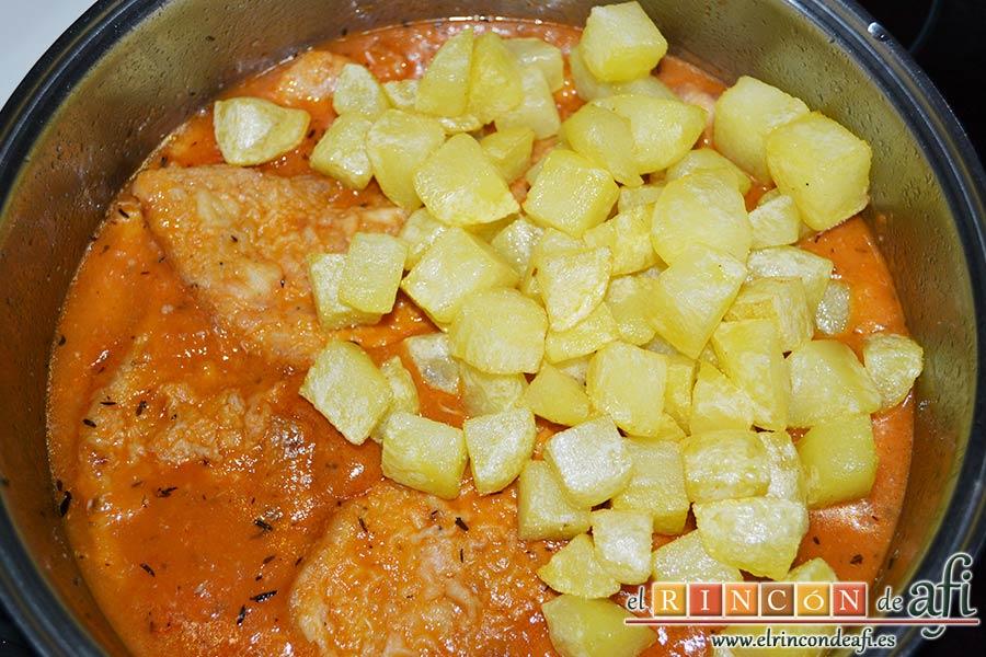 Filetes de cerdo en salsa, verter en el caldero para que se queden bien impregnadas con la salsa