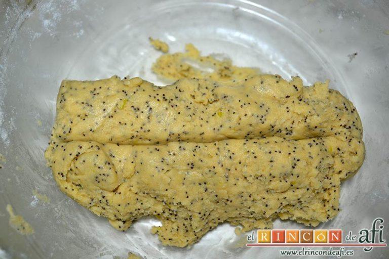 Galletas de limón con semillas de amapola, mezclar con las manos y separar la mezcla en dos o tres trozosGalletas de limón con semillas de amapola, mezclar con las manos y separar la mezcla en dos o tres trozos