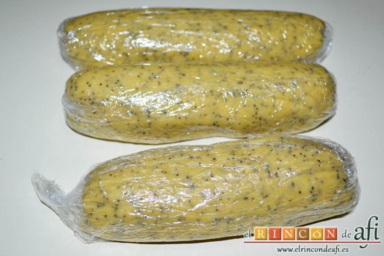 Galletas de limón con semillas de amapola, cúbrelos con film y mételos en la nevera