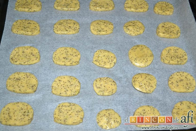 Galletas de limón con semillas de amapola, cortar rodajitas y ponerlas sobre una bandeja de horno forrada con papel de horno