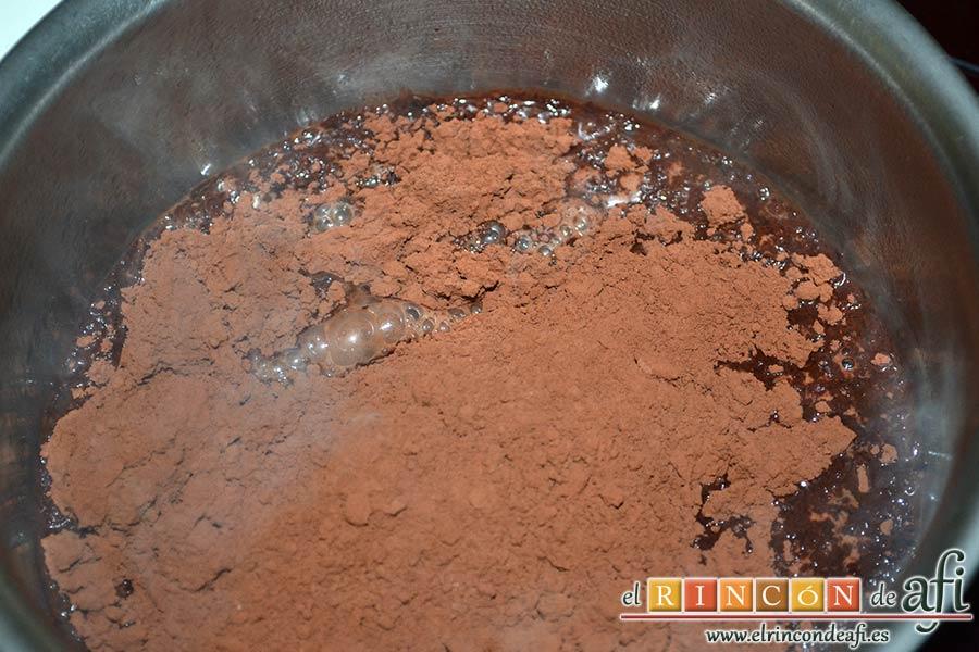 Pastel del diablo, poner a hervir el agua y cuando esté hirviendo añadir el cacao