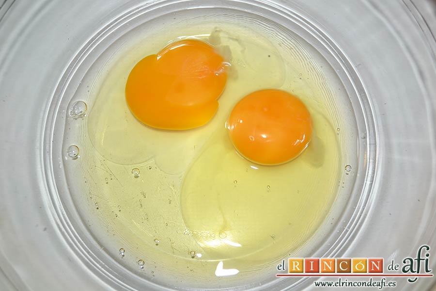Tortillitas de San José, poner los dos huevos en un bol