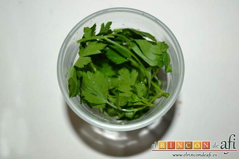 Tortillitas de San José, poner en un vasito las hojas de perejil machacadas