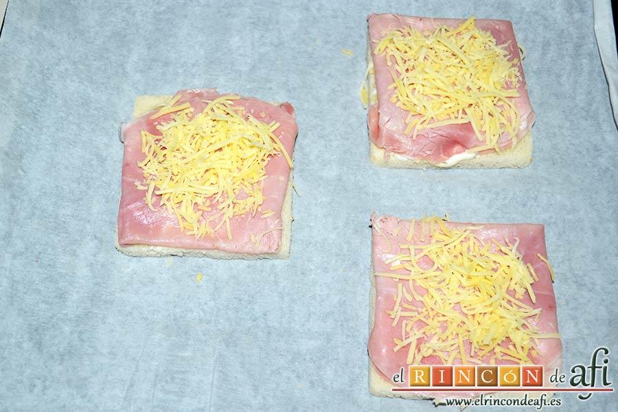 Croque-monsieur y Croque-madame, cubrir el jamón con queso rallado