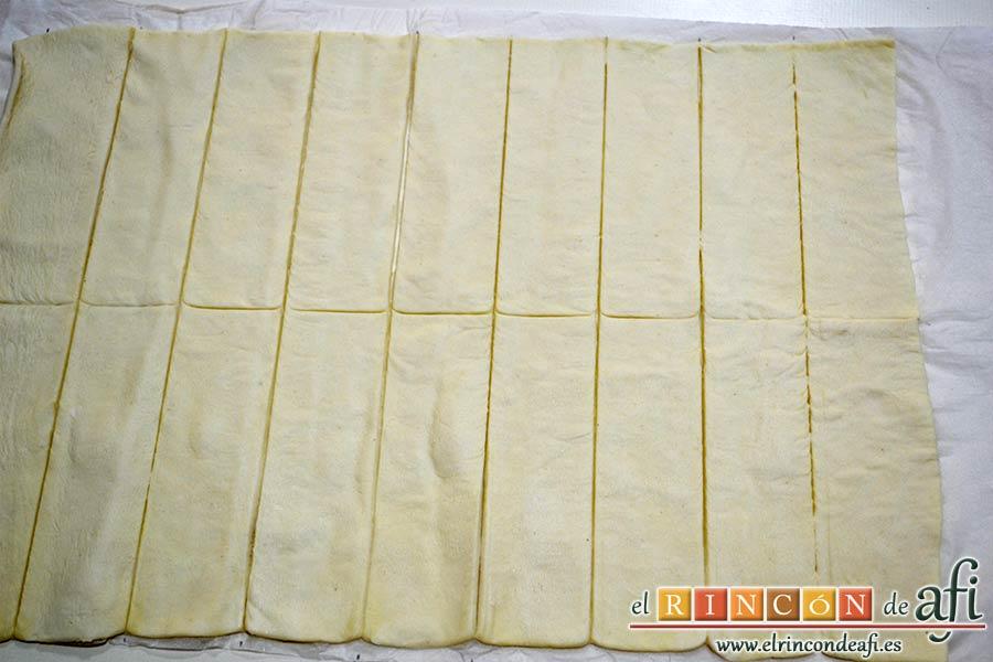 Enrolladitos de hojaldre con paté y lacón, extender la hoja de hojaldre y cortarla en rectángulos de 2 cm de grosor