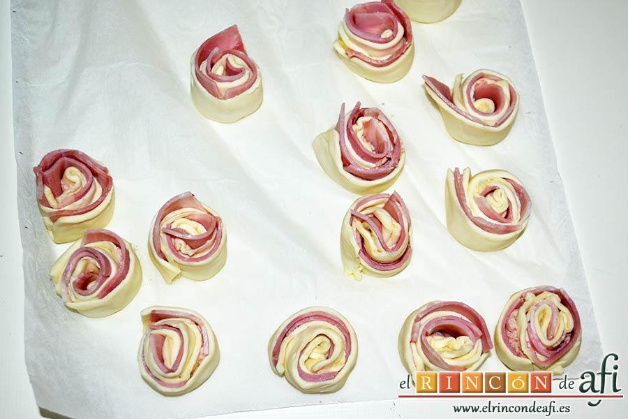 Enrolladitos de hojaldre con paté y lacón, formar los rollitos