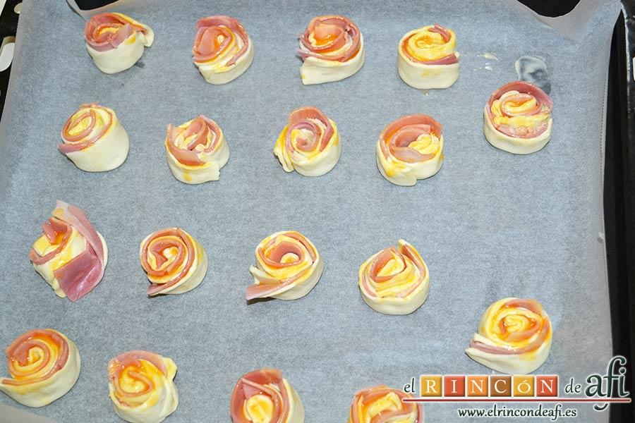 Enrolladitos de hojaldre con paté y lacón, disponer sobre la bandeja de horno forrada con papel de horno y hornear