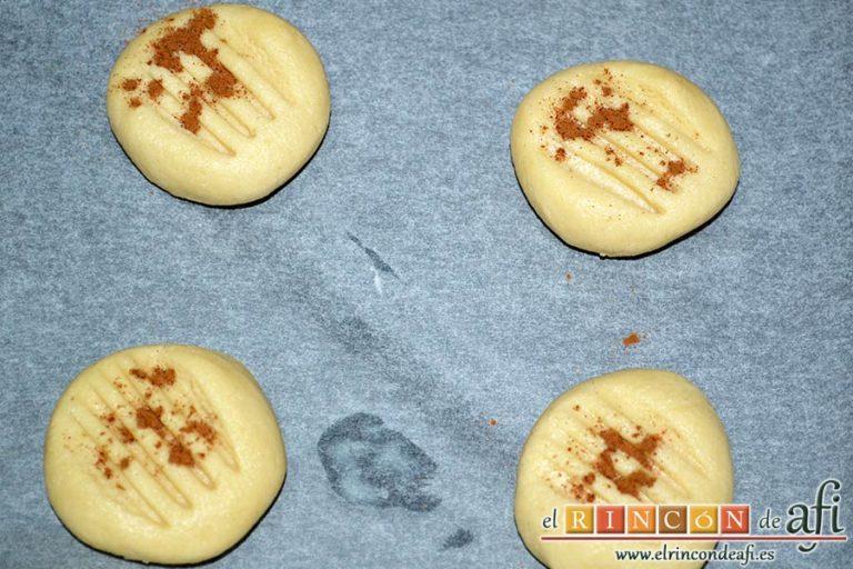 Galletas de pasta de sésamo, terminar de mezclar con las manos, formar las galletas con porciones de masa, disponer en bandeja de horno, marcar con tenedor y espolvorear con canela