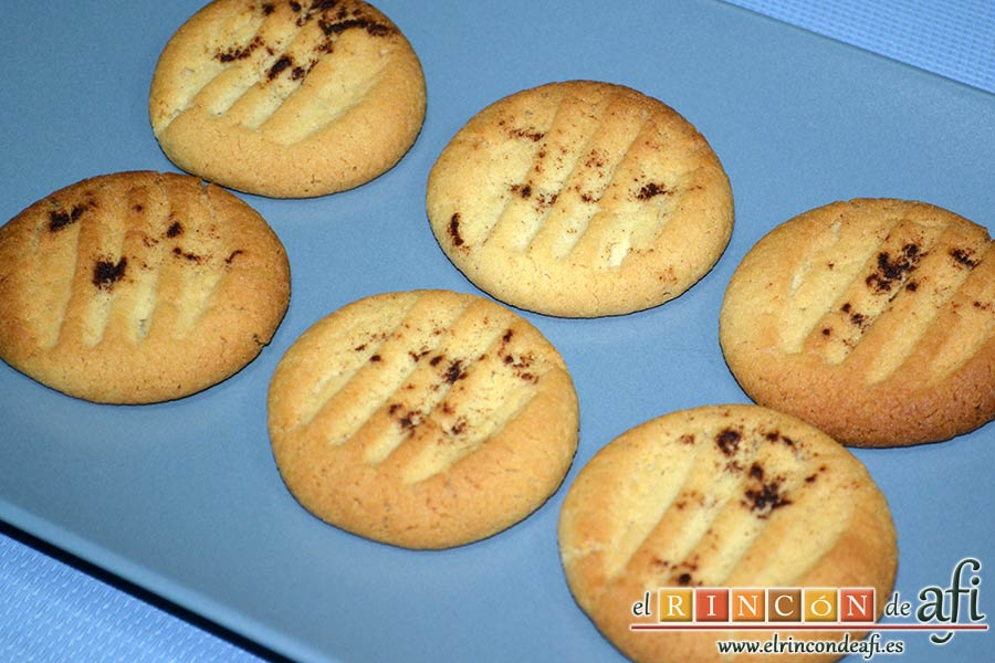 Galletas de pasta de sésamo, emplatar y servir