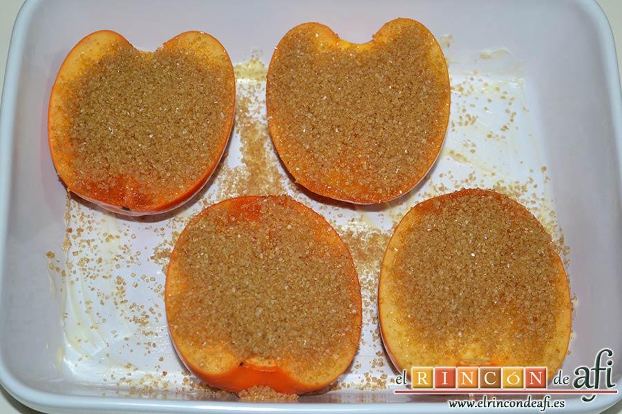 Kakis gratinados con crema de queso fresco, espolvorear con el azúcar moreno