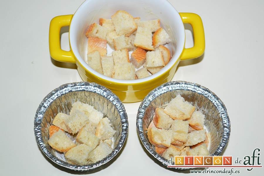 Muffins de huevo con pechuga de pavo o bacon y queso, cortar en cubitos el pan y rellenar la base de los moldes
