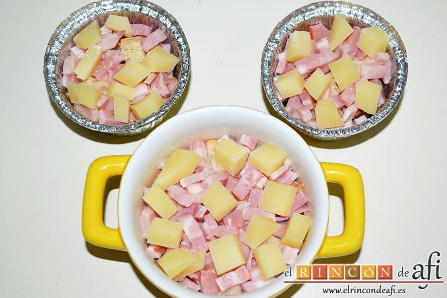 Muffins de huevo con pechuga de pavo o bacon y queso, cortar el queso en cubitos y ponerlo por encima