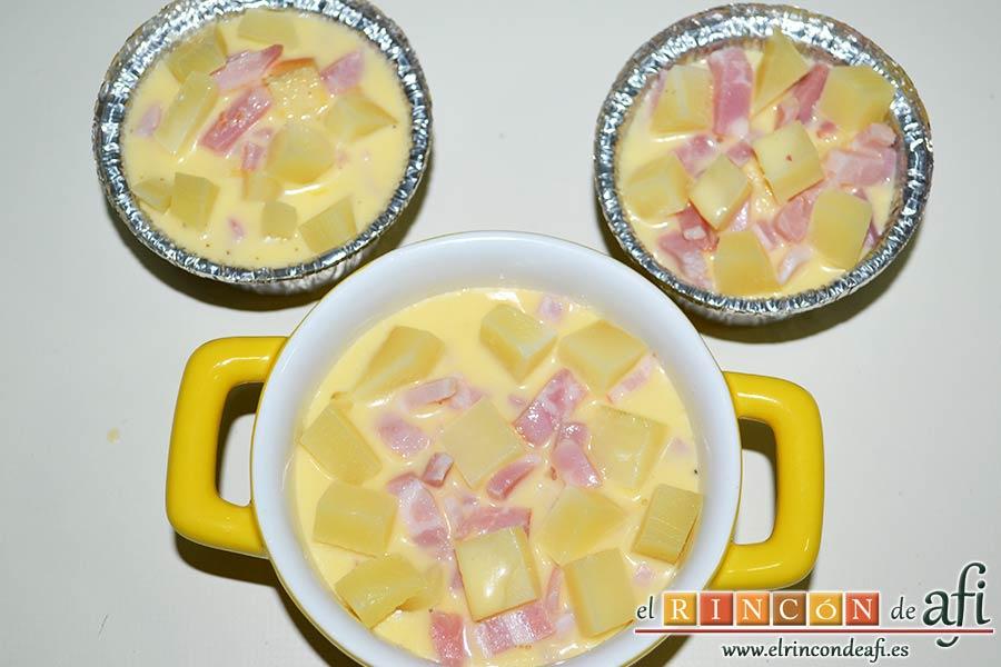 Muffins de huevo con pechuga de pavo o bacon y queso, rellenar los moldes con la mezcla sin sobrepasarlos
