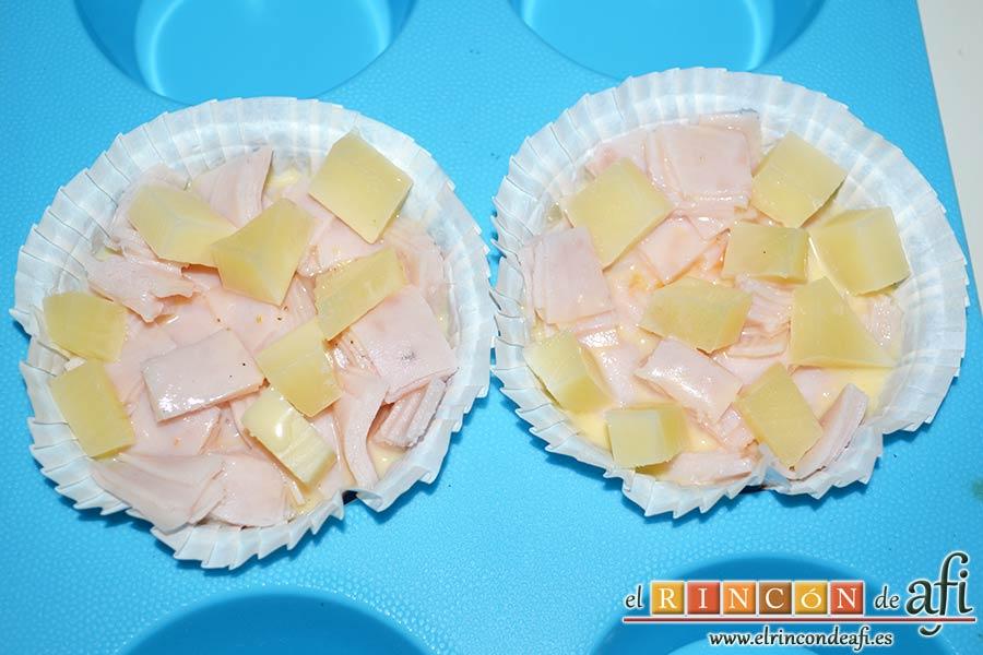 Muffins de huevo con pechuga de pavo o bacon y queso, cuidado de no rebasarlos