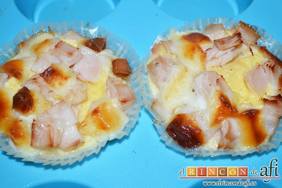 Muffins de huevo con pechuga de pavo o bacon y queso, hornear