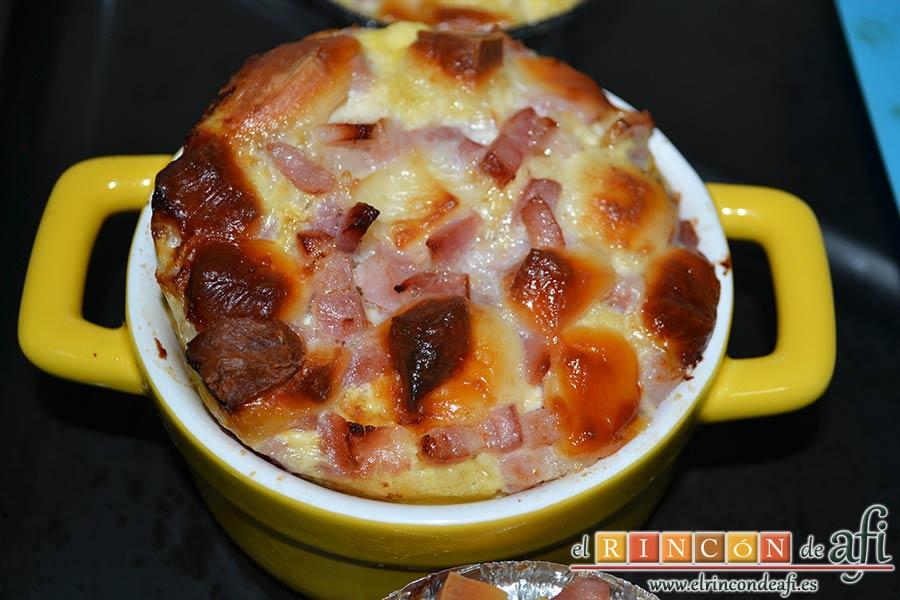 Muffins de huevo con pechuga de pavo o bacon y queso, dejar enfriar un poco tras sacarlos del horno