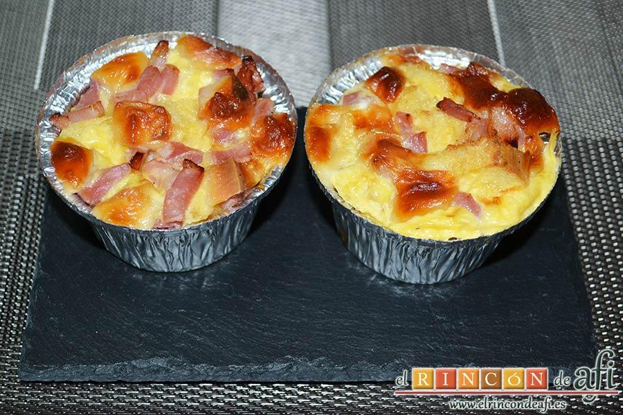 Muffins de huevo con pechuga de pavo o bacon y queso, sugerencia de presentación