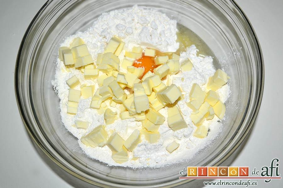 Tartaletas de pasta brisa con flores de manzana, ponemos en un bol la harina, el huevo y la mantequilla muy fría cortada en cubitos