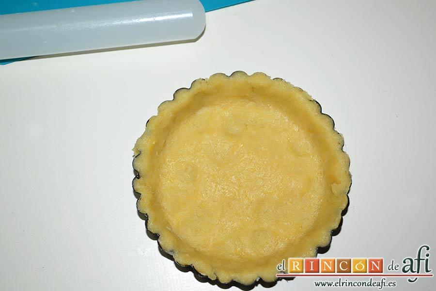 Tartaletas de pasta brisa con flores de manzana, cubrir la tartaleta con la masa y recortar los sobrantes