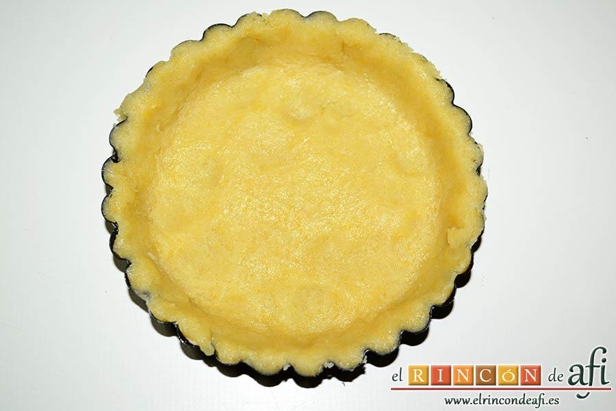 Tartaletas de pasta brisa con flores de manzana, cubrir bien y con cuidado la tartaleta con la masa