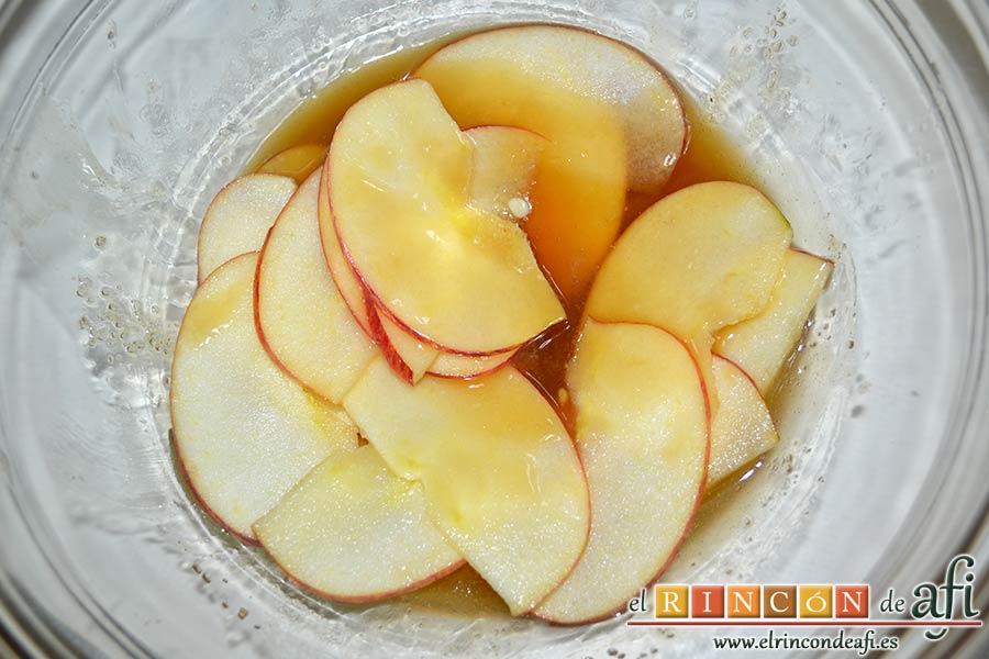 Tartaletas de pasta brisa con flores de manzana, meter las láminas de manzana de forma que impregnen bien y meter en el microondas