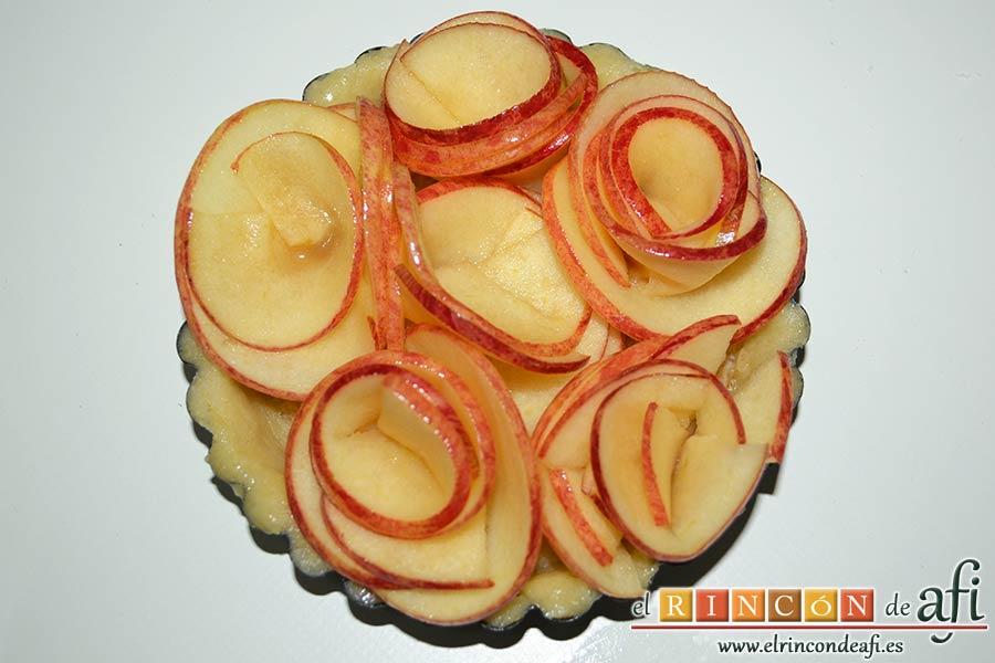 Tartaletas de pasta brisa con flores de manzana, formar las flores con las láminas de manzana e ir colocándolas en las tartaletas