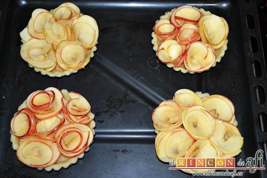 Tartaletas de pasta brisa con flores de manzana, poner las tartaletas en una bandeja de horno