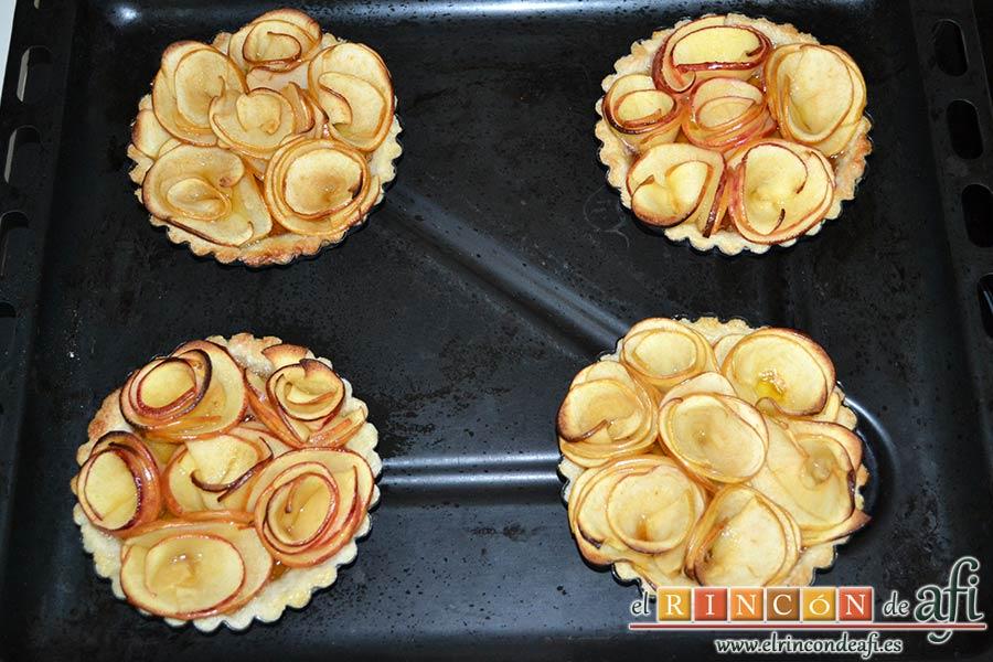 Tartaletas de pasta brisa con flores de manzana, hornear