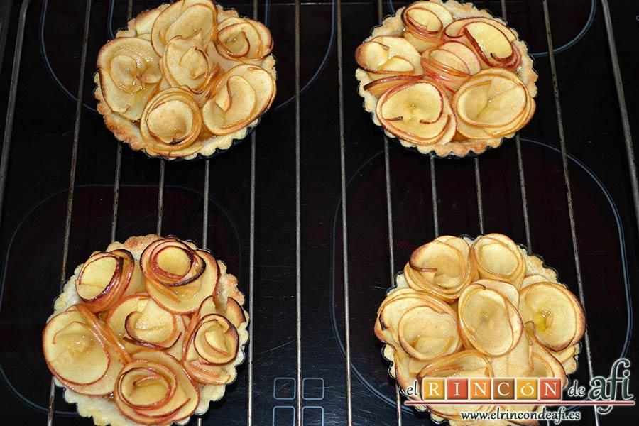 Tartaletas de pasta brisa con flores de manzana, dejar enfriar en una rendija y desmoldar