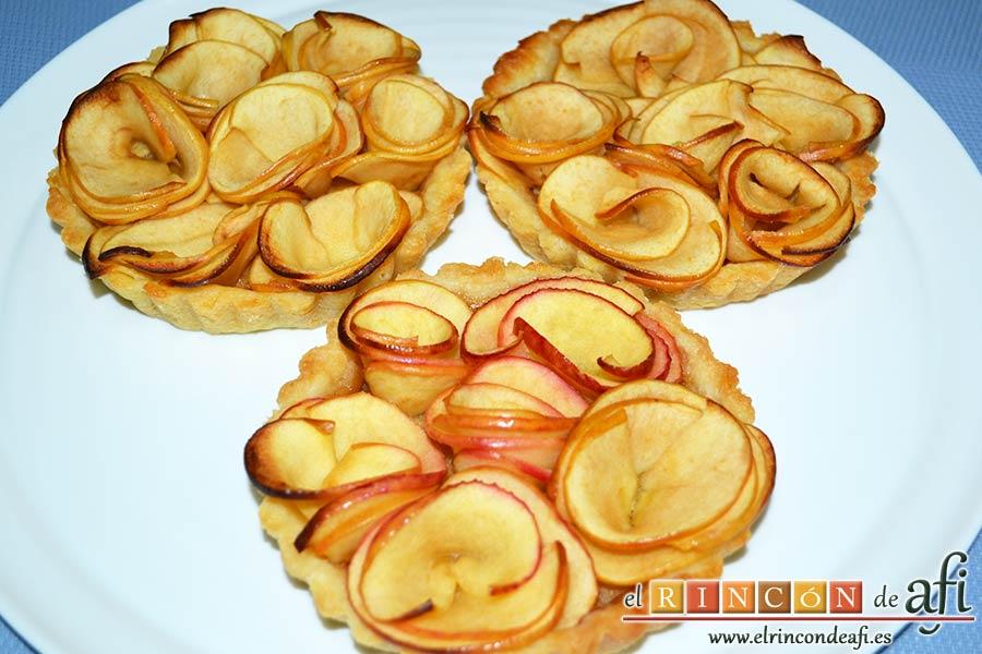 Tartaletas de pasta brisa con flores de manzana, sugerencia de presentación