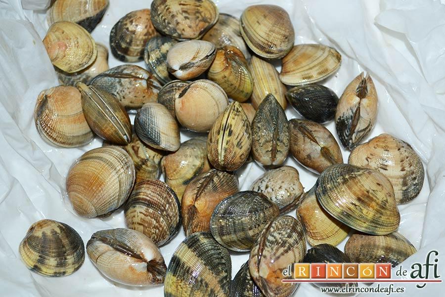 Bucatini con almejas, cuando compres las almejas envuélvelas empapadas en agua salada y ponlas a refrigerar hasta usarlas