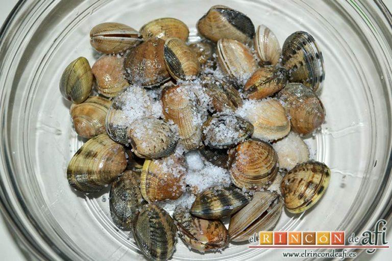 Bucatini con almejas, poner las almejas en un bol con un puñadito de sal