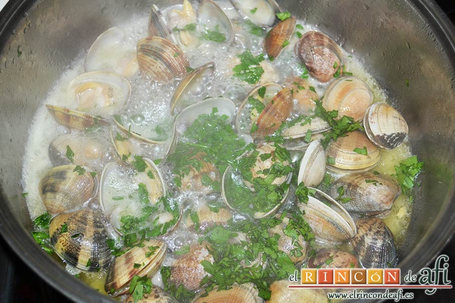Bucatini con almejas, cuando se hayan abierto las conchas añadir el perejil picado