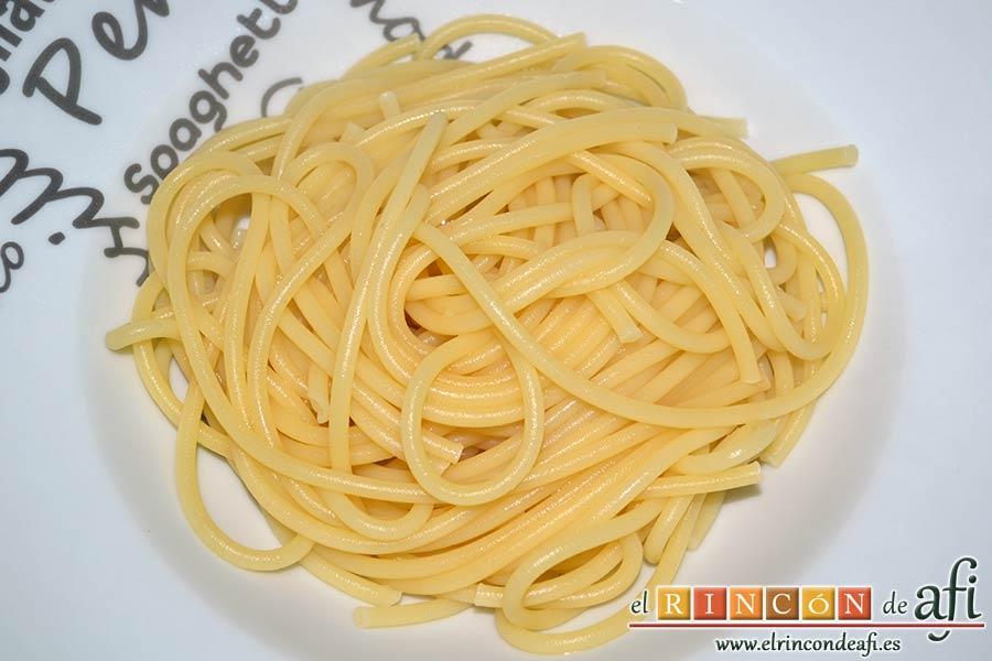 Bucatini con almejas, servir la pasta ya hecha en los platos individuales
