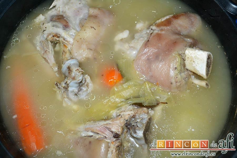Codillos de cerdo con puré de raíces, cocer hasta que la carne esté hecha, dándole la vuelta a los codillos de vez en cuando