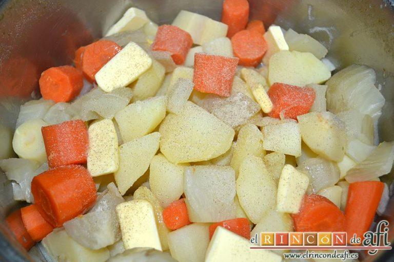 Codillos de cerdo con puré de raíces, añadir la mantequilla y la pimienta blanca molida