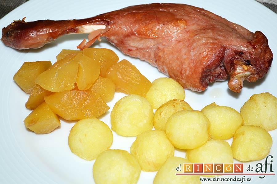 Confit de pato con compota de manzana y bocaditos de papas