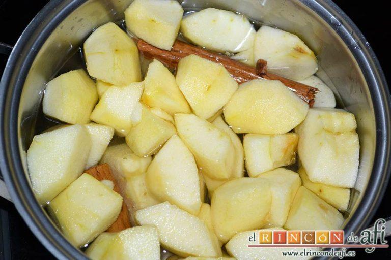 Confit de pato con compota de manzana y bocaditos de papas, añadirlas al cazo junto con un palito de canela