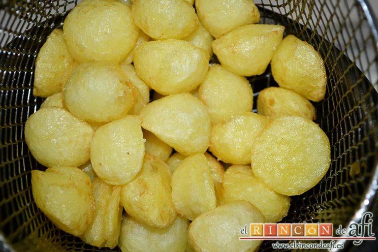 Confit de pato con compota de manzana y bocaditos de papas, freírlas en freidora