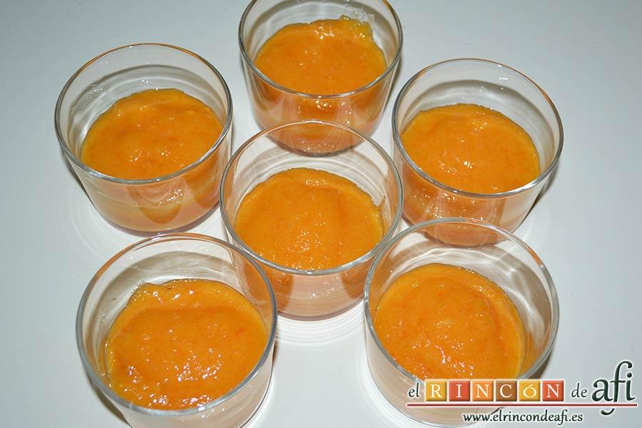 Crema de caqui y nata, servir el puré en recipientes de cristal y ponerlos a refrigerar