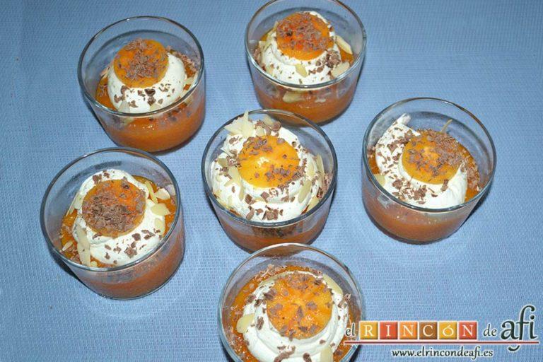 Crema de caqui y nata, espolvorear con virutas de chocolate y almendras laminadas al gusto