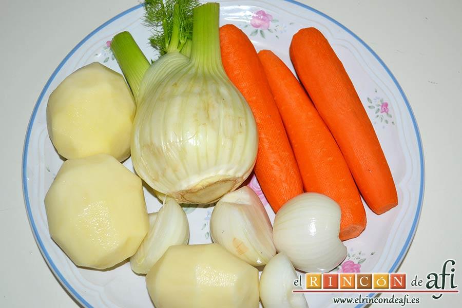 Crema de hinojo, pelar las papas, las cebollas y las zanahorias