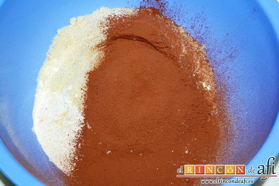 Cuernecitos de vainilla y chocolate, ponemos harina tamizada, cacao tamizado, azúcar blanquilla, almendra molida, azúcar vainillado, sal y café soluble en un bol