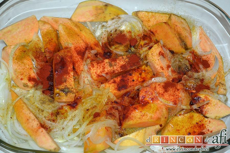 Lomo de cerdo al horno con cebollas y boniatos especiados, cuando la cebolla esté un poco transparente pasar las verduras a una fuente de horno y especiar las verduras