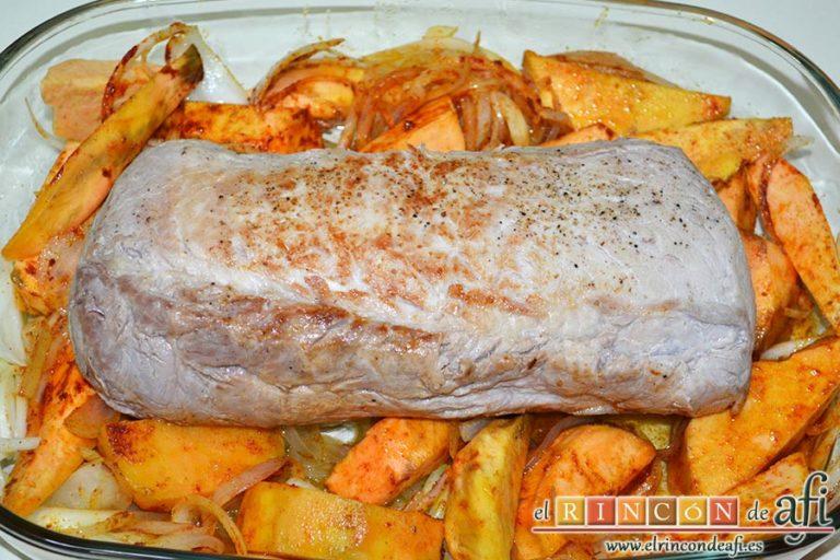 Lomo de cerdo al horno con cebollas y boniatos especiados, poner encima el lomo