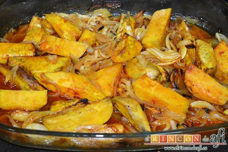 Lomo de cerdo al horno con cebollas y boniatos especiados, sacar el lomo y cortarlo en lonchas